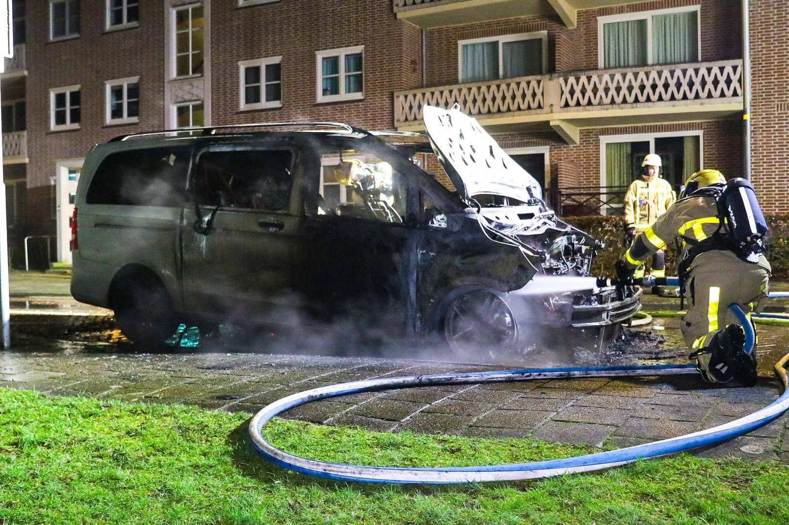 Bestelbus brandt volledig uit aan Sprengenparklaan in Apeldoorn