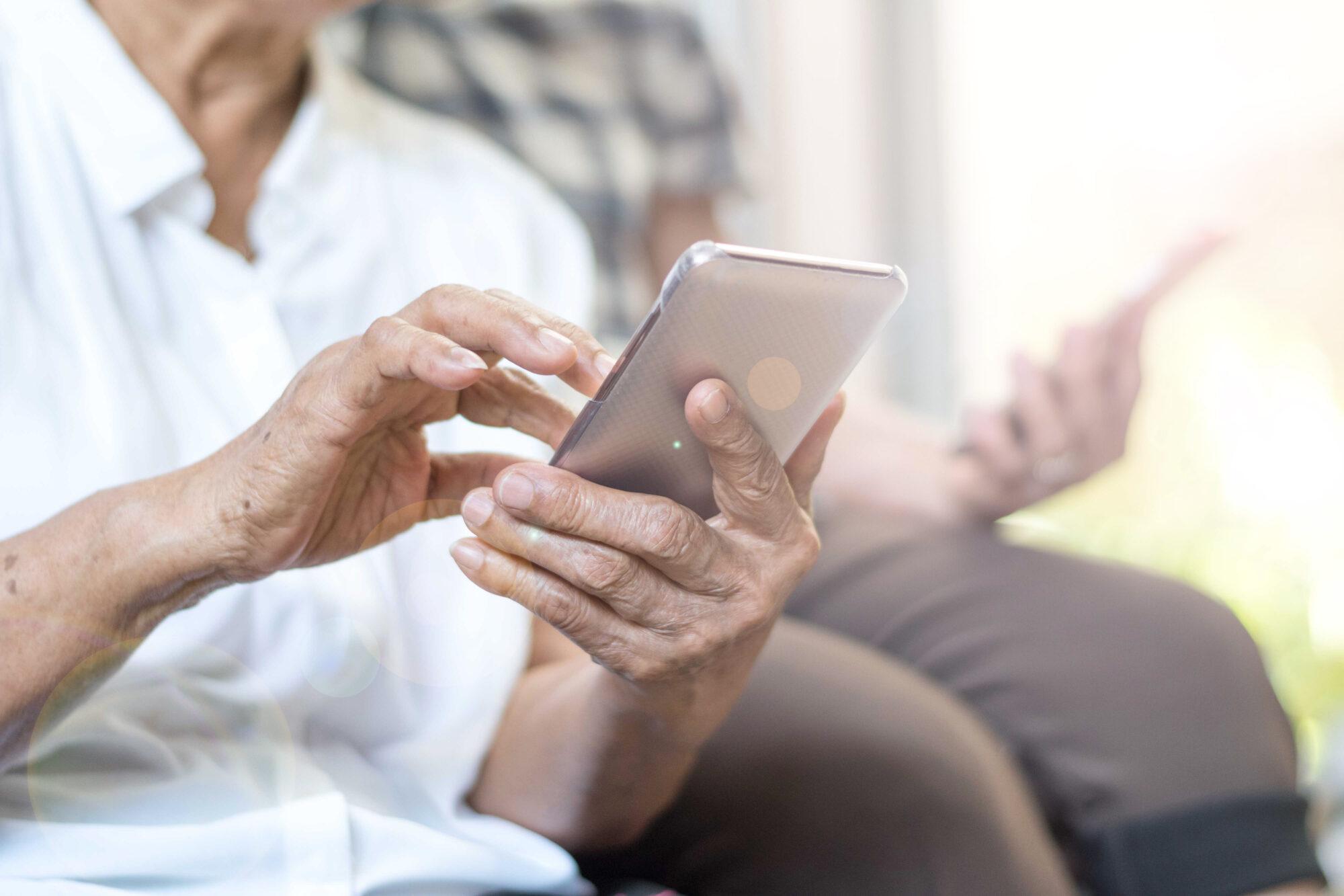 ANBO 'wapent' ouderen tegen WhatsApp-fraude