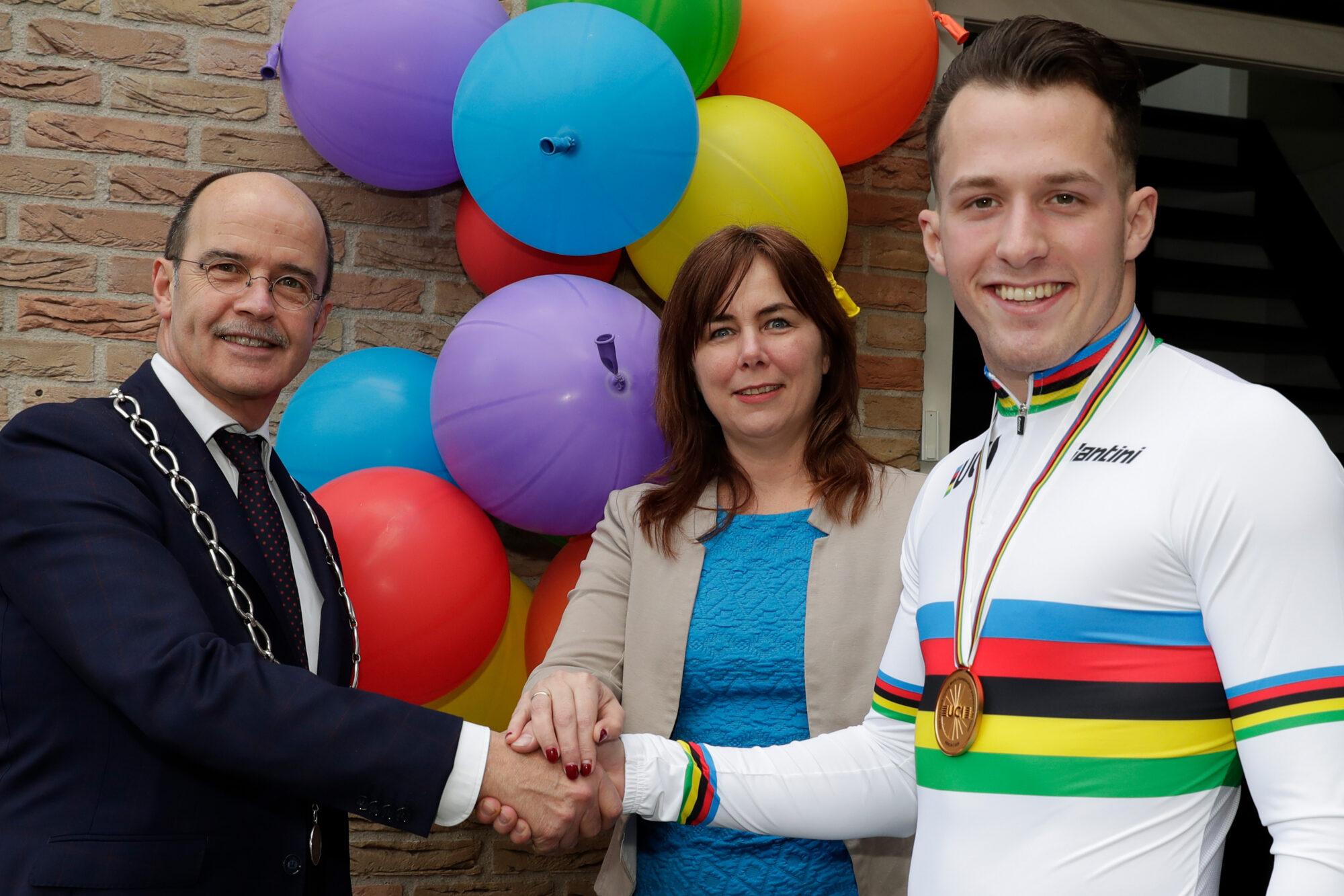 Gemeentelijke felicitaties voor wielrenner Sam Ligtlee