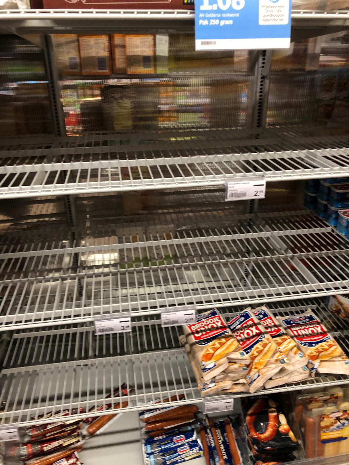 Supermarkten zien met verbazing hamsterende klanten schappen leeghalen