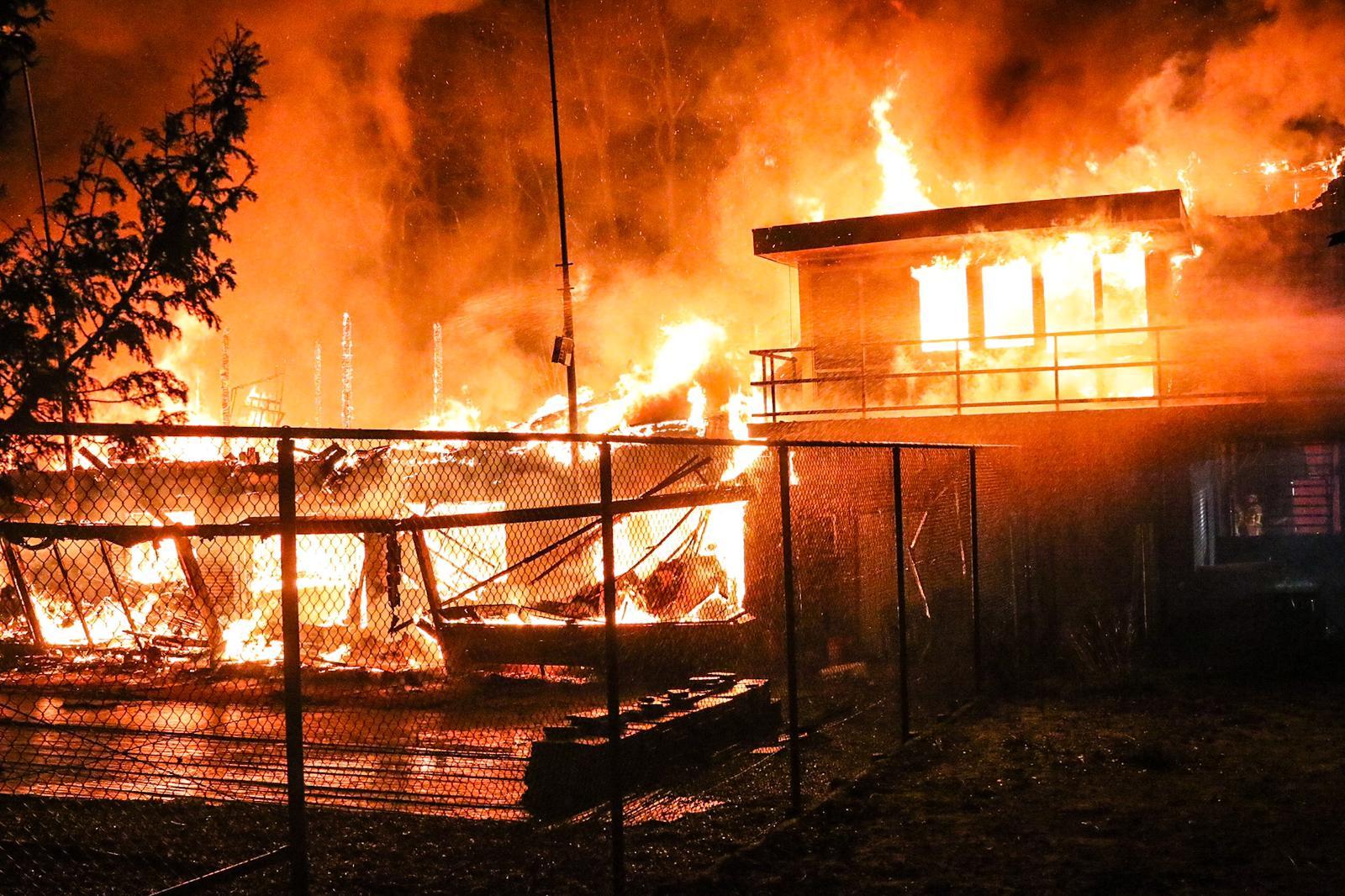 Clubhuis van tennisvereniging De Manege volledig uitgebrand