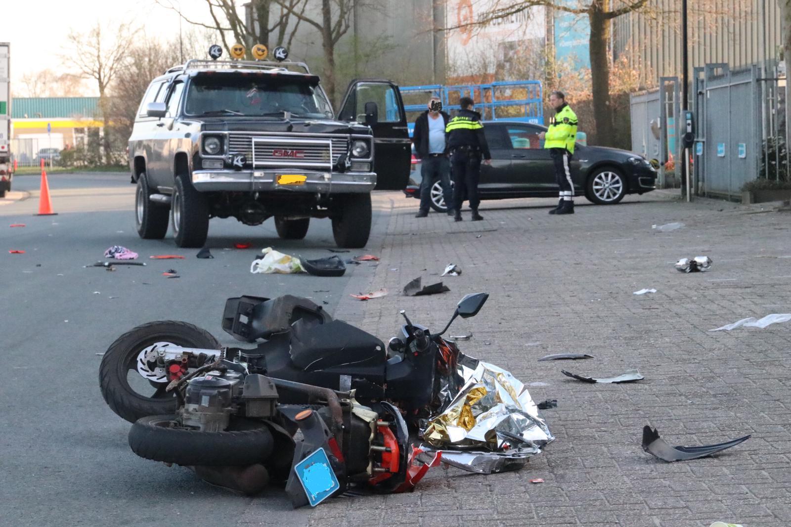 Scooterrijder zwaargewond na ongeluk op Sint Maarten in Apeldoorn.