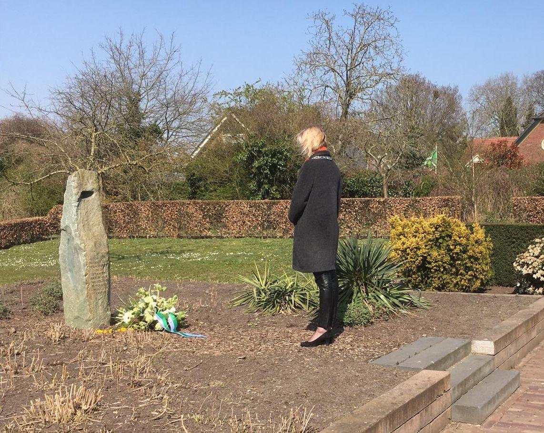 Burgemeester legt bloemen bij monument Warnsveld