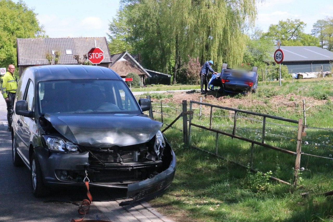 Auto slaat over de kop bij ongeluk op A1 bij Deventer.