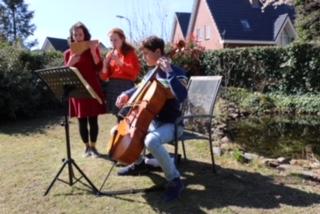 Drie jongeren geven mini-concert voor ouderen