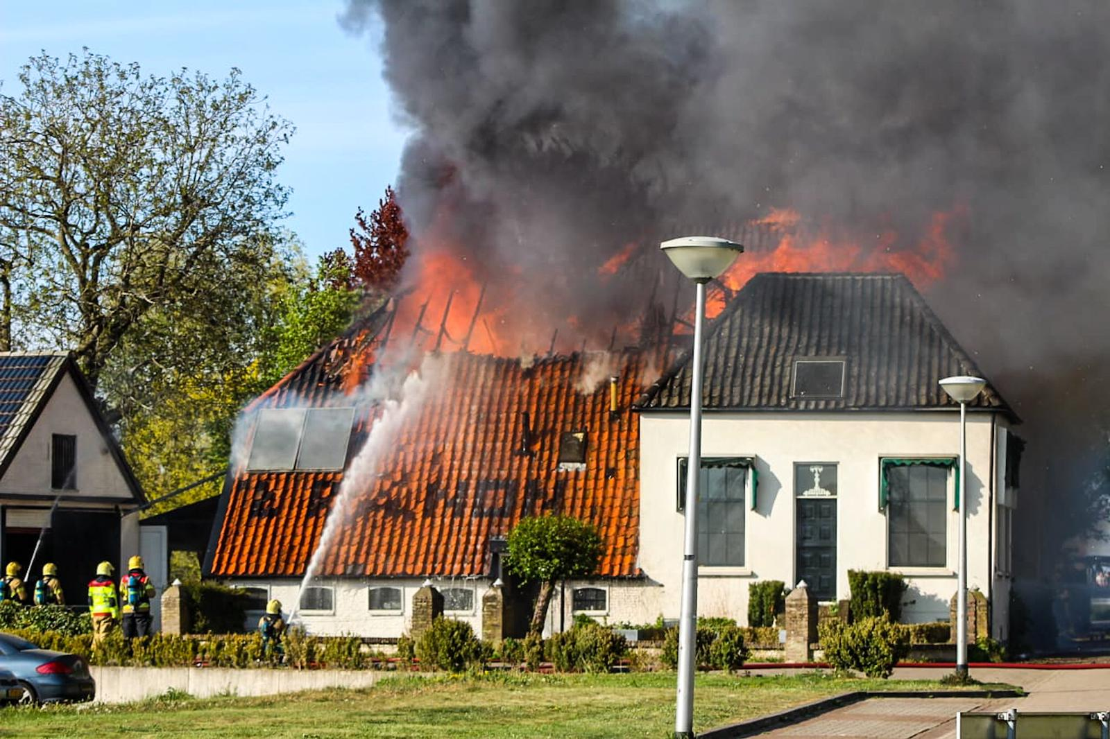 Grote brand in restaurant 't Kanon; brandweerwagens uit omliggende plaatsen schieten te hulp