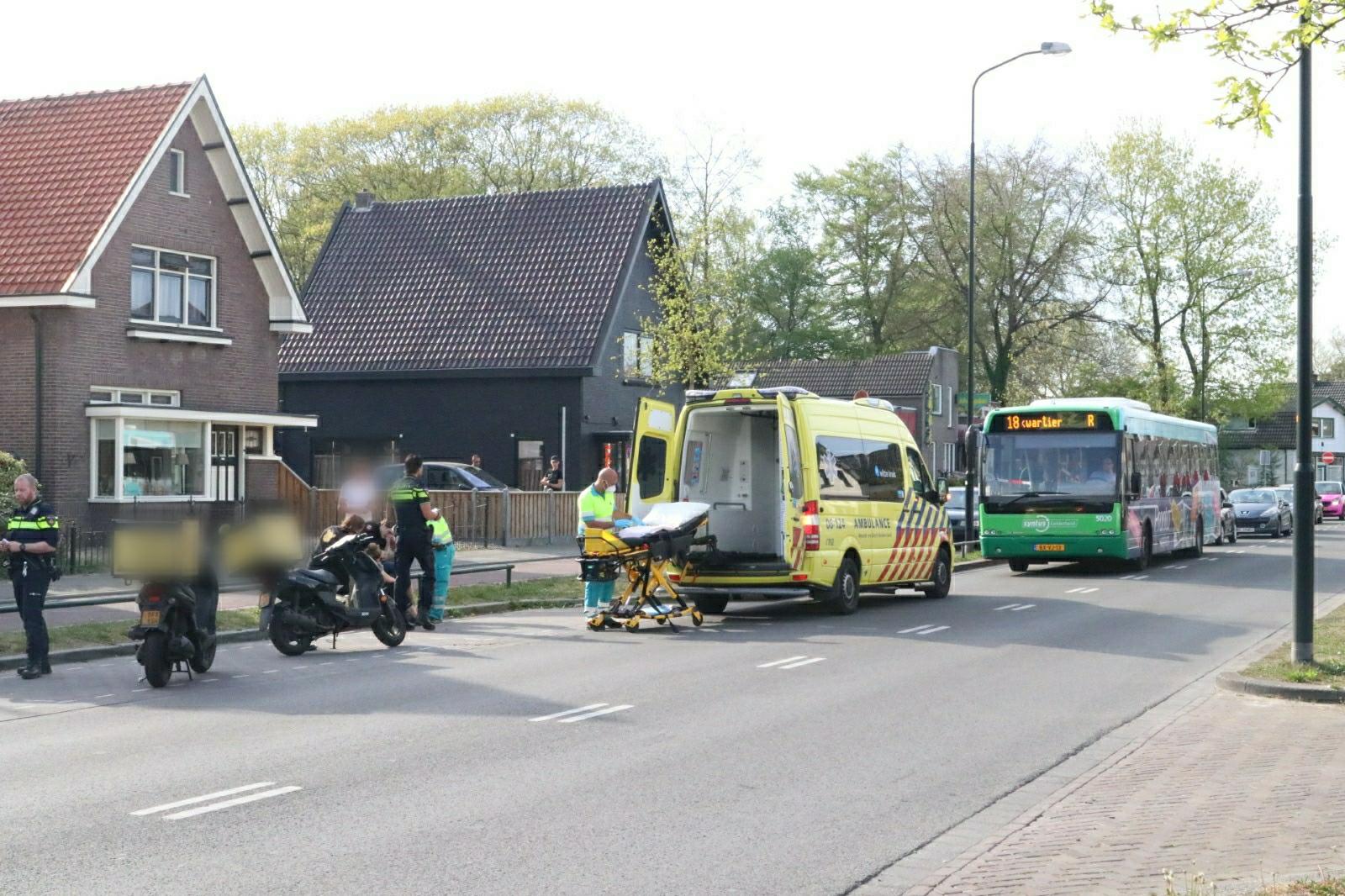 Scooterrijder raakt gewond bij aanrijding op Arnhemseweg.