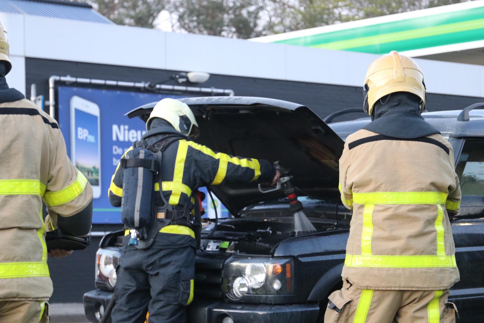 Auto vliegt al rijdend in de brand; bestuurder komt met de schrik vrij