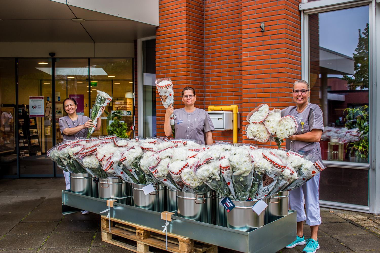 Bloemen voor bewoners en medewerkers verpleeghuis Casa Bonita