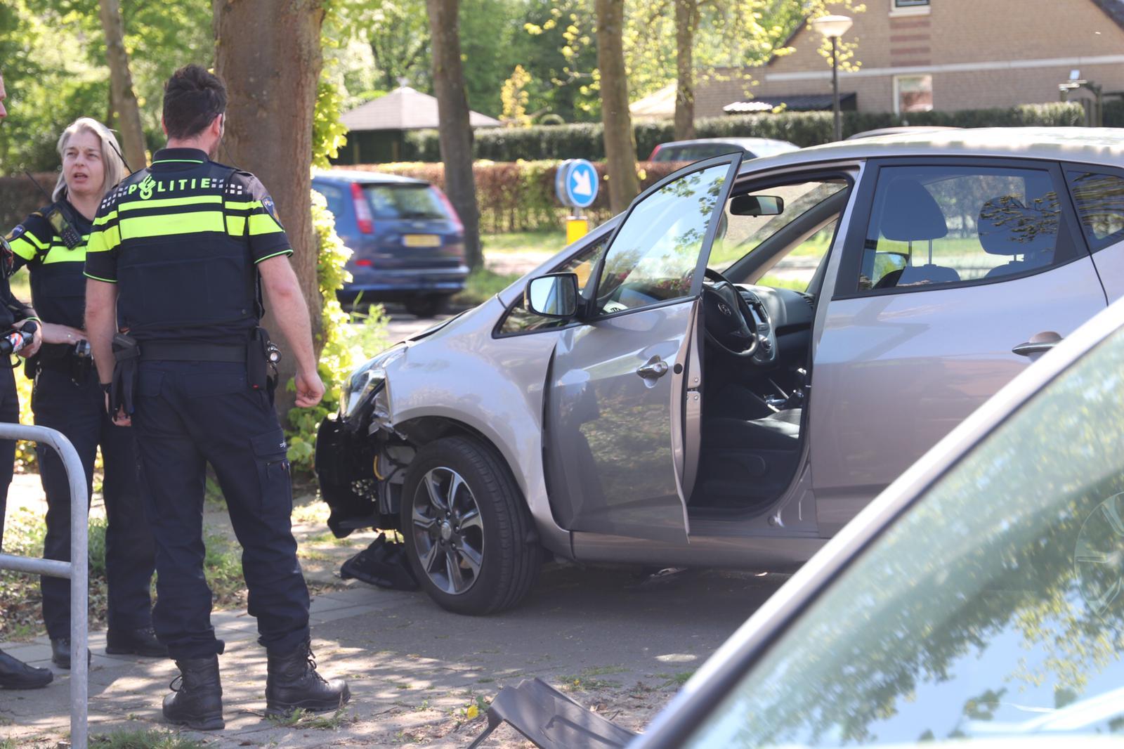 Oudere man raakt macht over stuur kwijt; geen gewonden