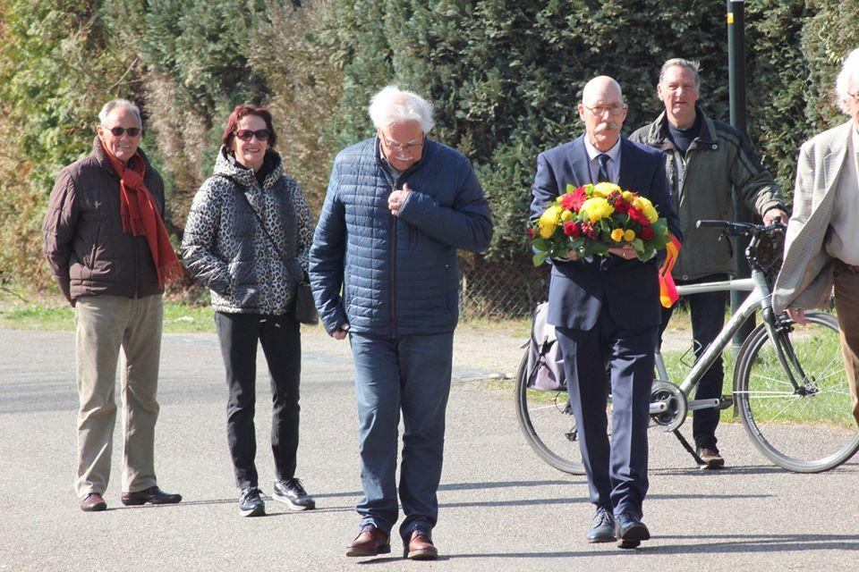 Vereniging Oud Apeldoorn legt bloemen bij het sluisje