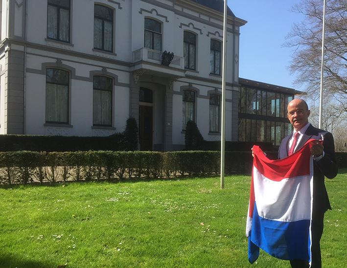 Burgemeester hangt de vlag uit