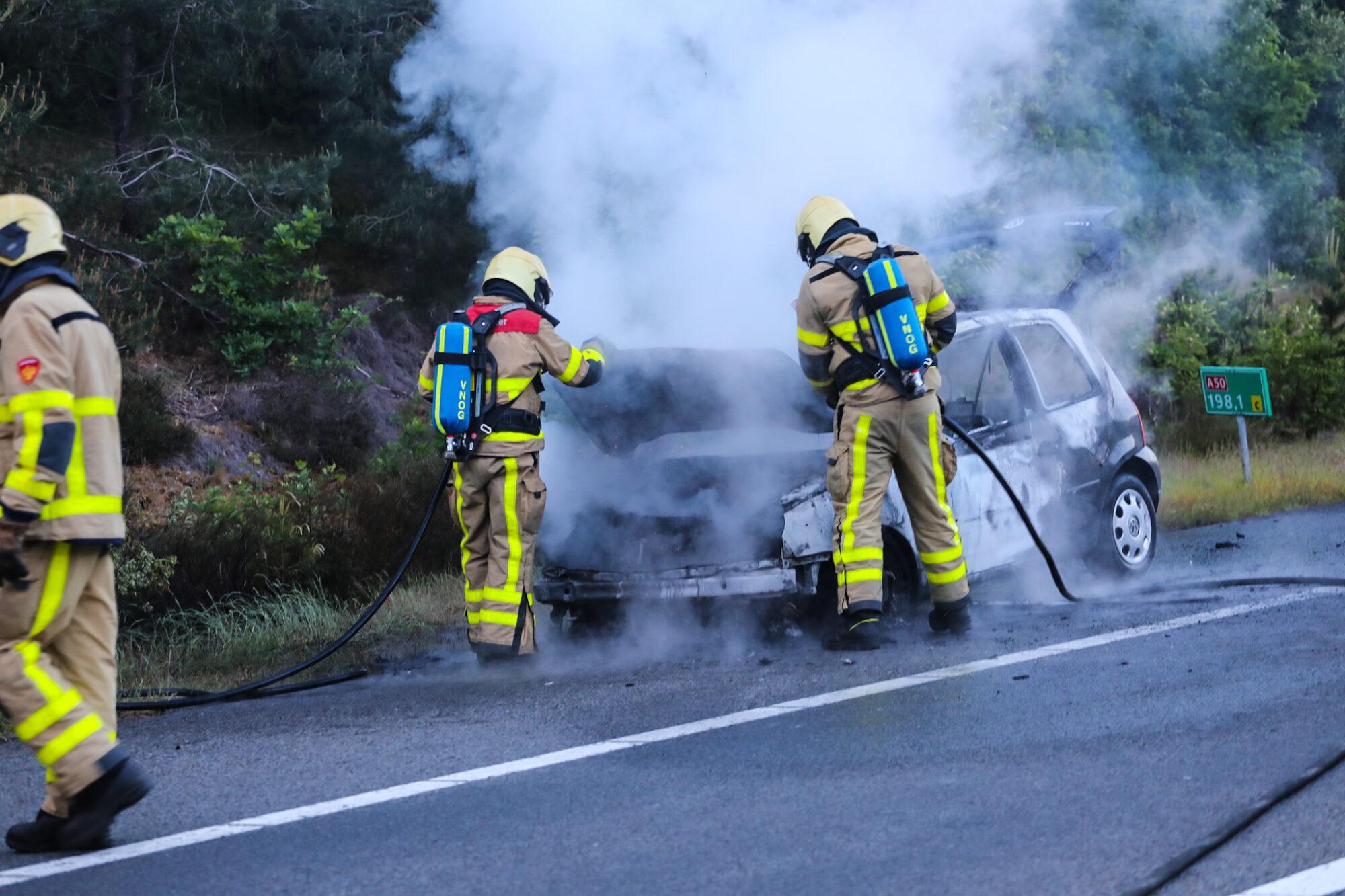 *VIDEO* Auto vat vlam op de A50 bij Loenen