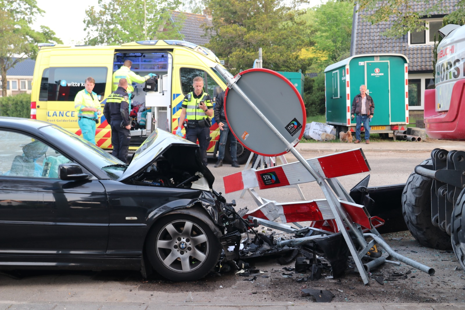 Twee personen ernstig gewond bij auto-ongeluk op Apeldoornseweg in Vaassen