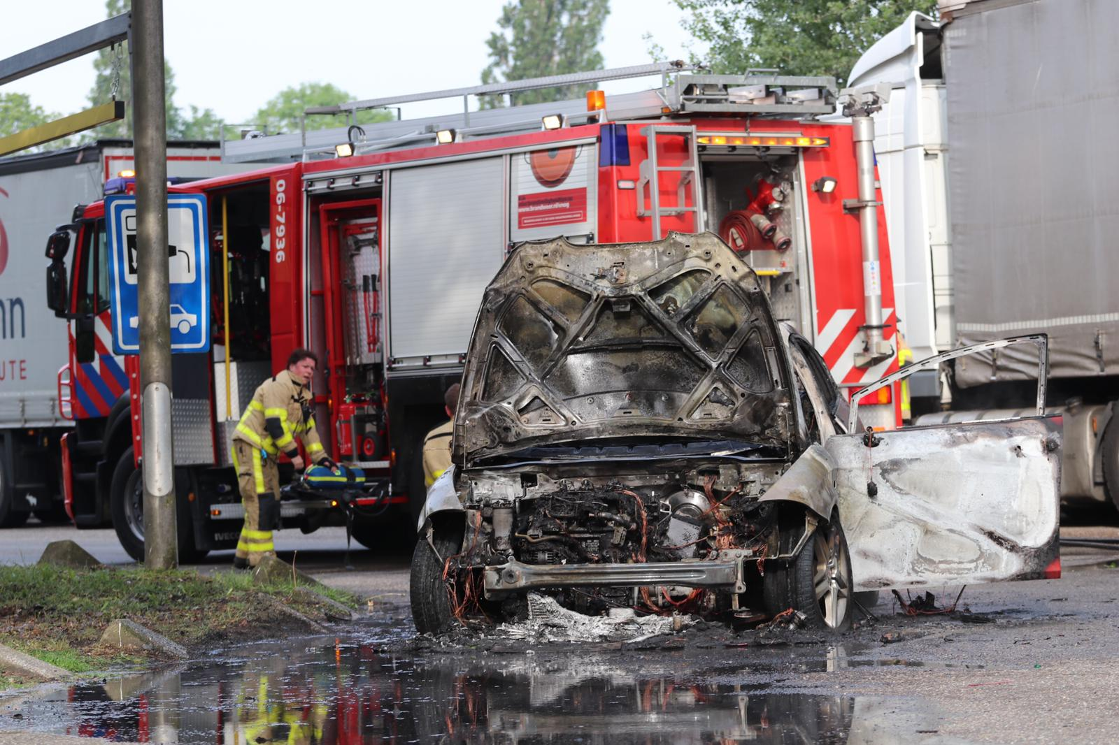 *VIDEO* Auto brand volledig uit bij tankstation naast snelweg