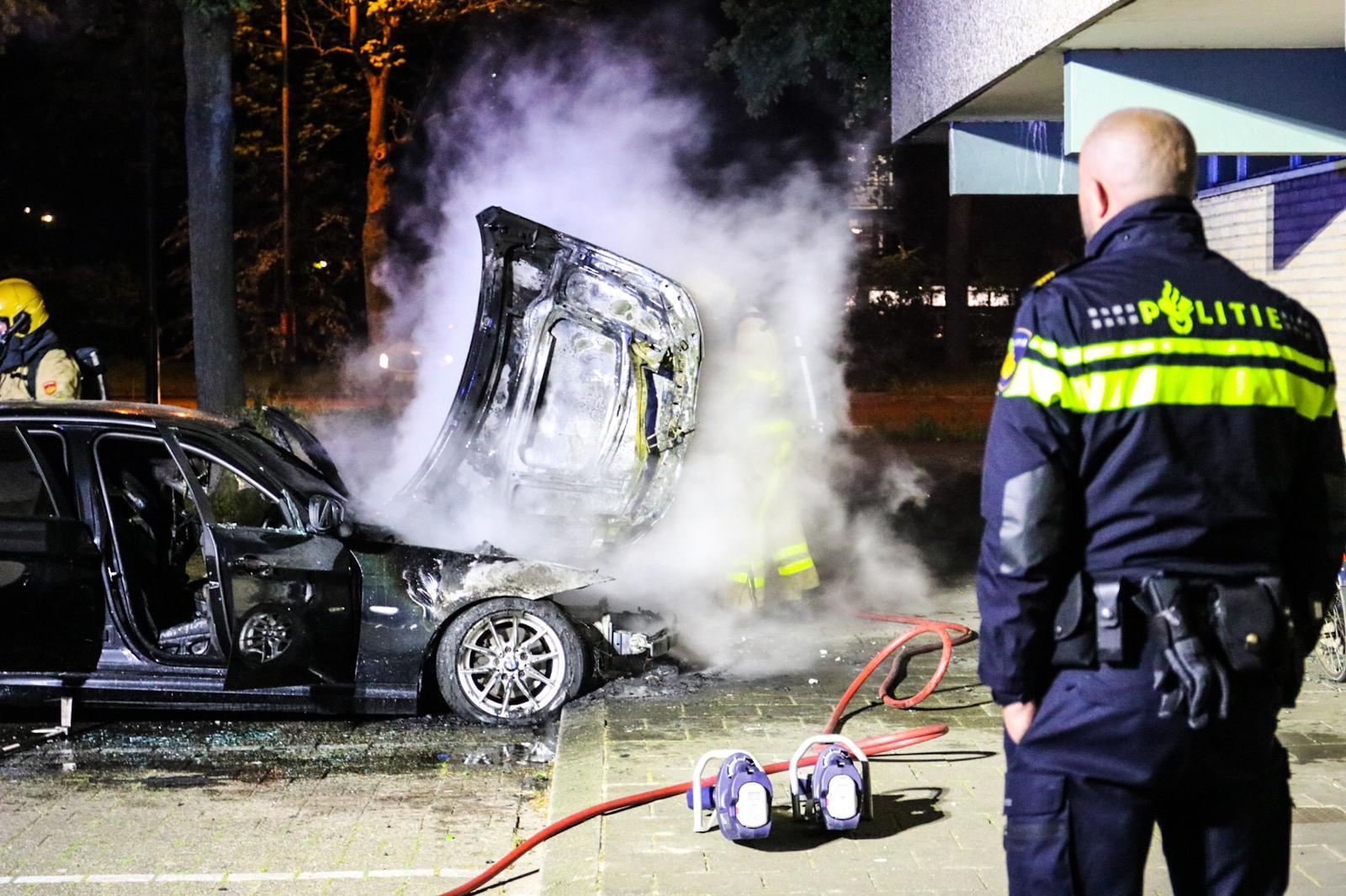*VIDEO* Auto brandt volledig uit op Aristotelesstraat in Apeldoorn