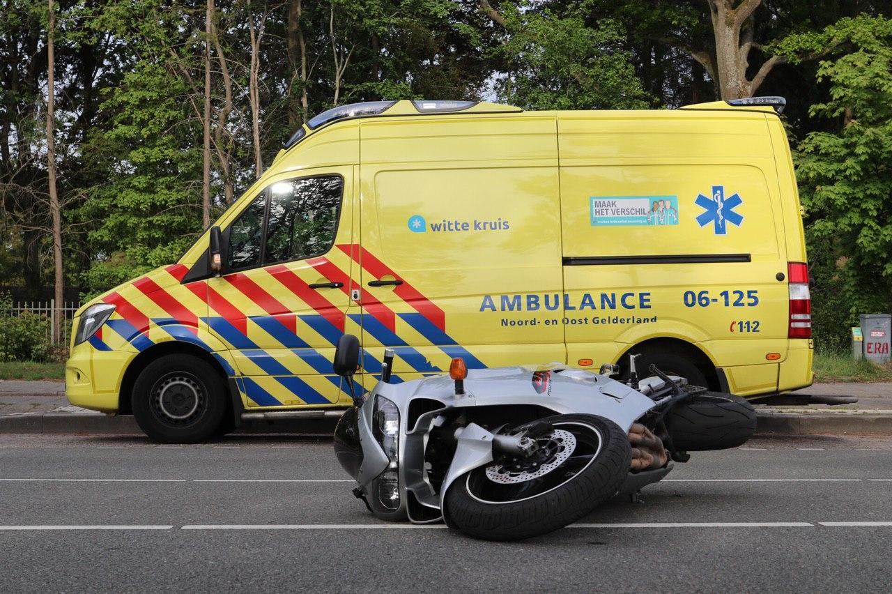 Automobiliste ziet scooterrijder over het hoofd met botsing tot gevolg.