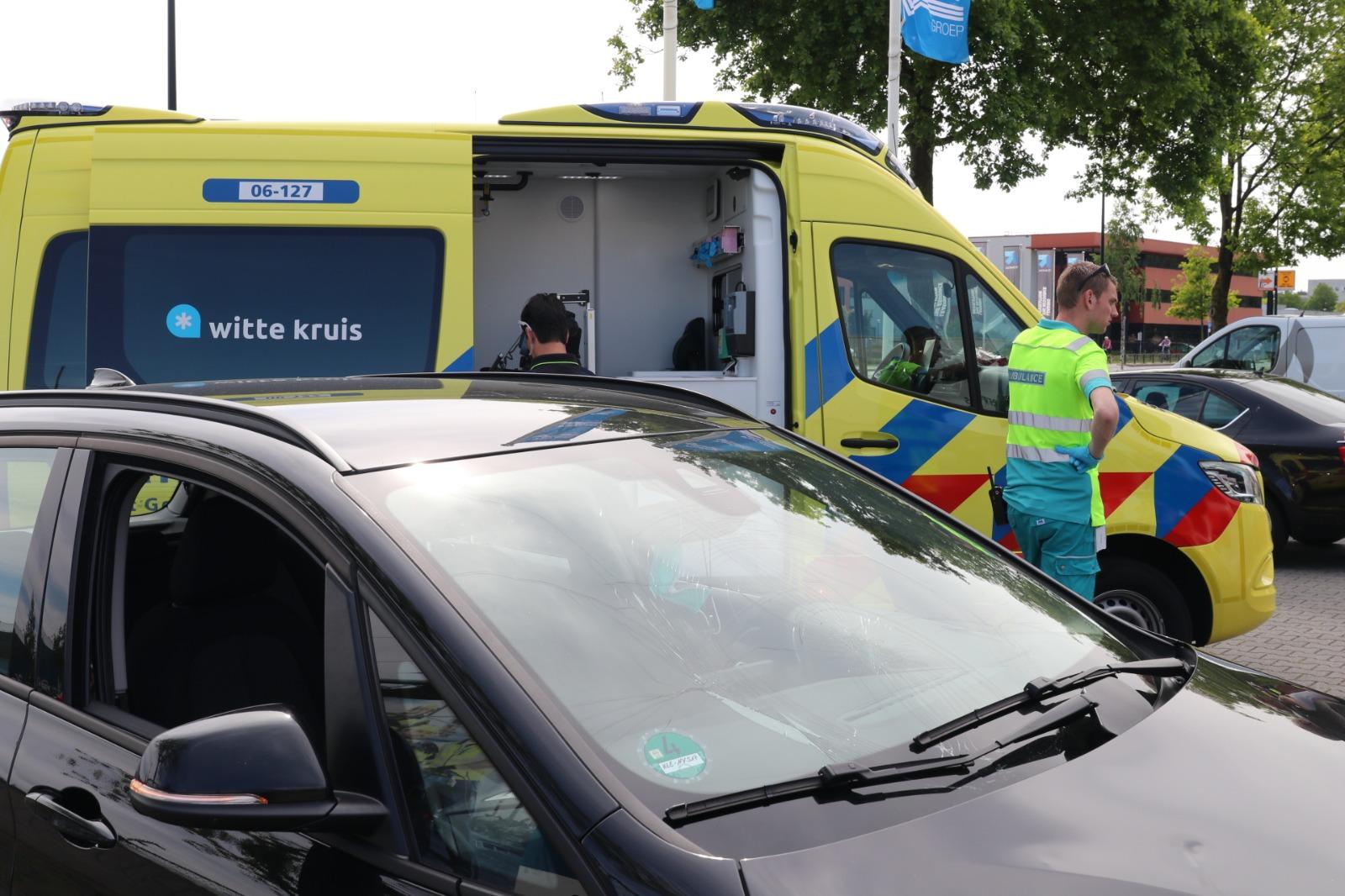 Fietser raakt gewond na botsing met auto op Laan van Malkenschoten.