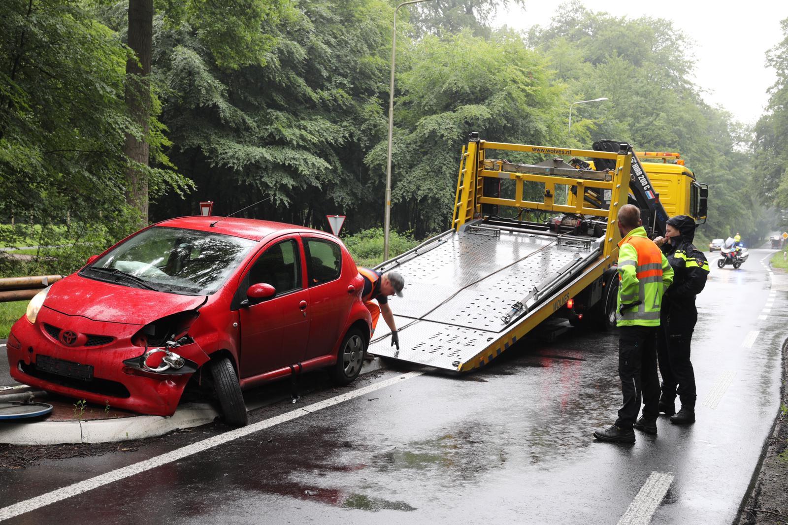 Auto raakt zwaar beschadigd bij ongeval op Amersfoortseweg