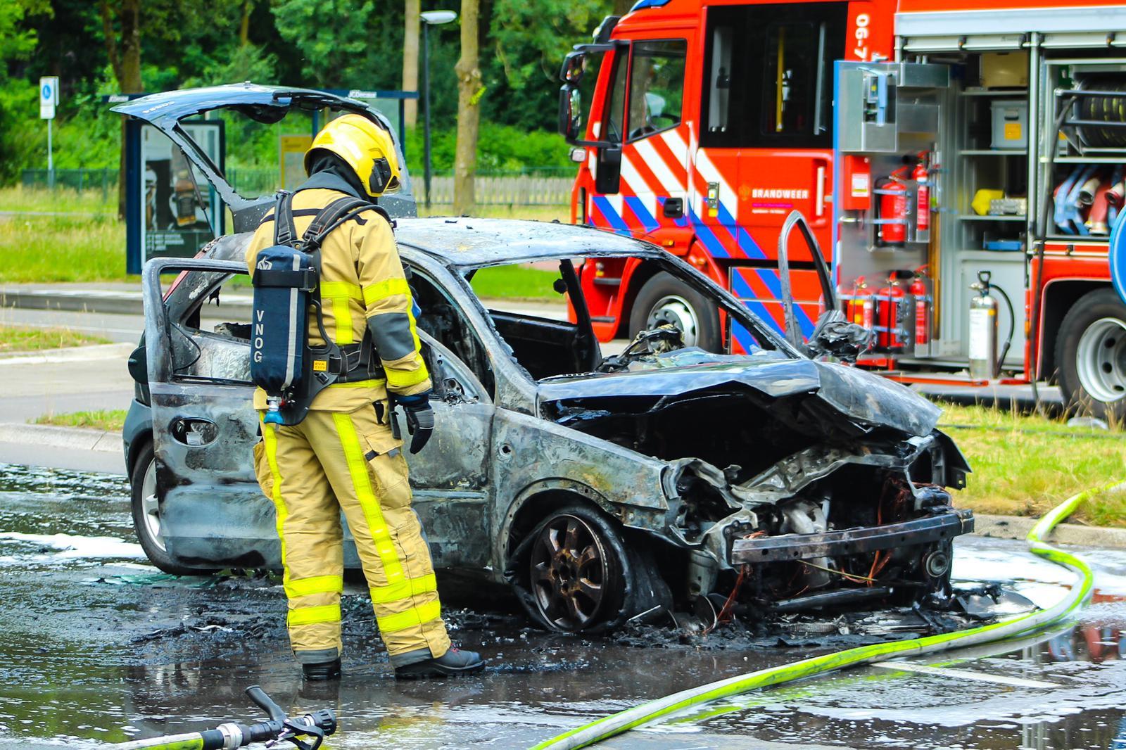 Auto brandt volledig uit op Laan van Maten in Apeldoorn