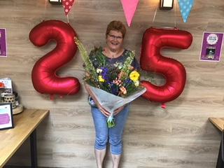 Poetsvrouw Annelies Pannekoek 25 jaar in dienst bij vakantiepark De Bosrand te Vaassen