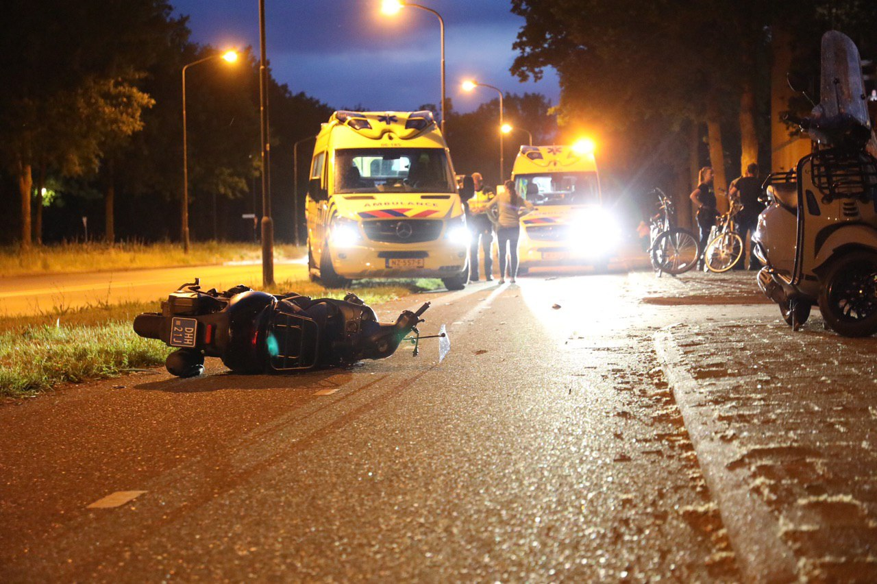 Scooterrijder en fietser botsen op fietspad; twee gewonden