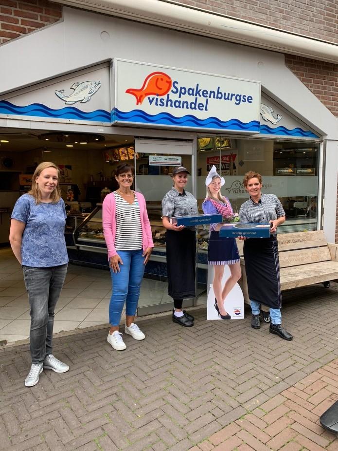Personeel van W.Z.C. De Matenhof verrast met Hollandse haring
