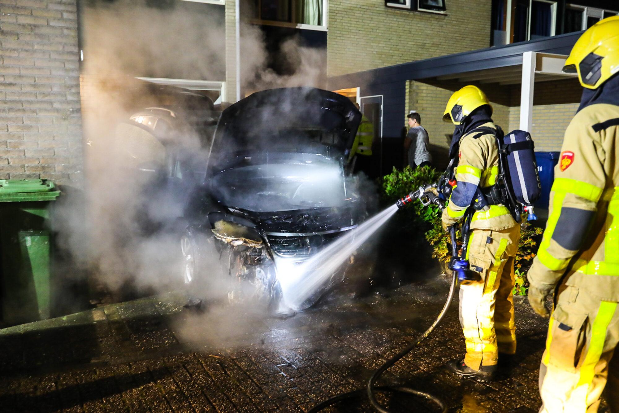Auto vat vlam op oprit voor woning in Apeldoorn de Maten