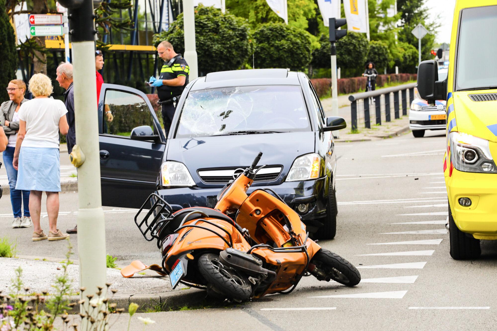 Harde botsing tussen scooter en auto in Apeldoorn; een gewonde.