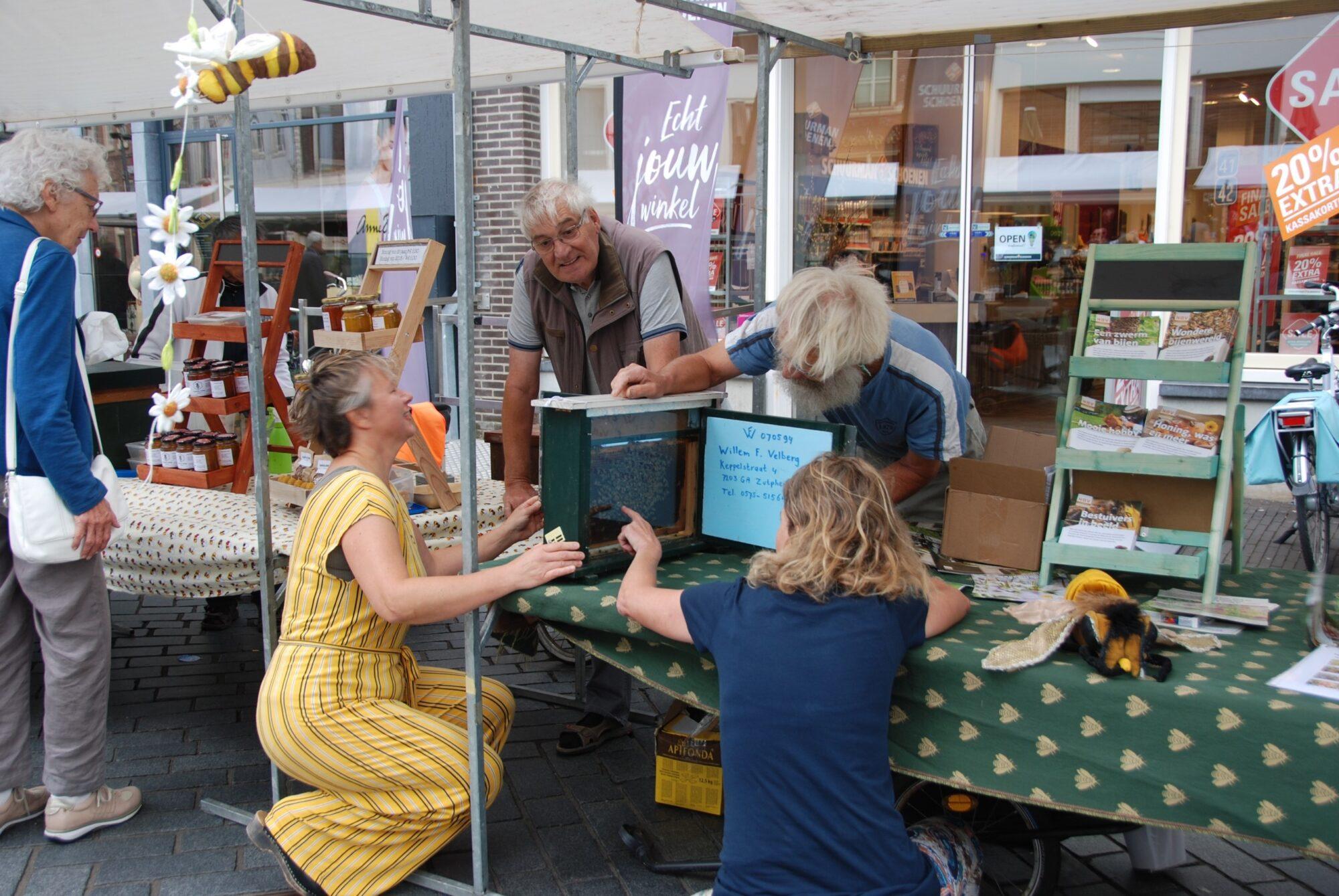 Honingmarkt in Zutphen met kramen op veilige afstand