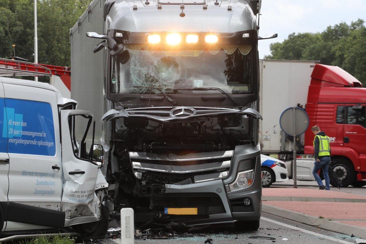 Bestelbus botst frontaal tegen vrachtwagen op Meervelderweg in Uddel