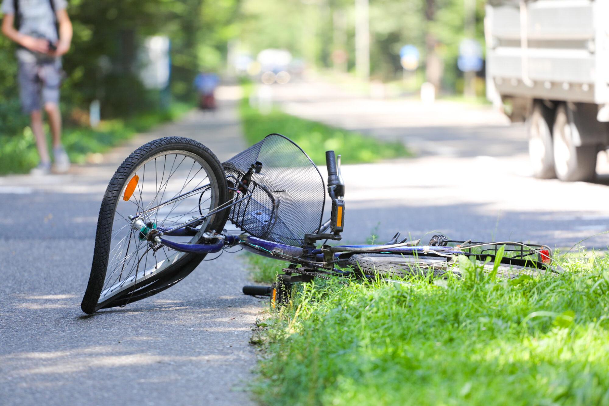 Fietser raakt zwaargewond bij ongeval op Loenenseweg in Beekbergen.