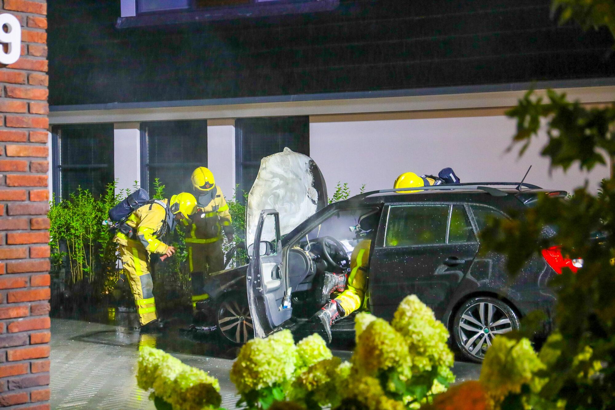 Auto gaat in vlammen op in Epe