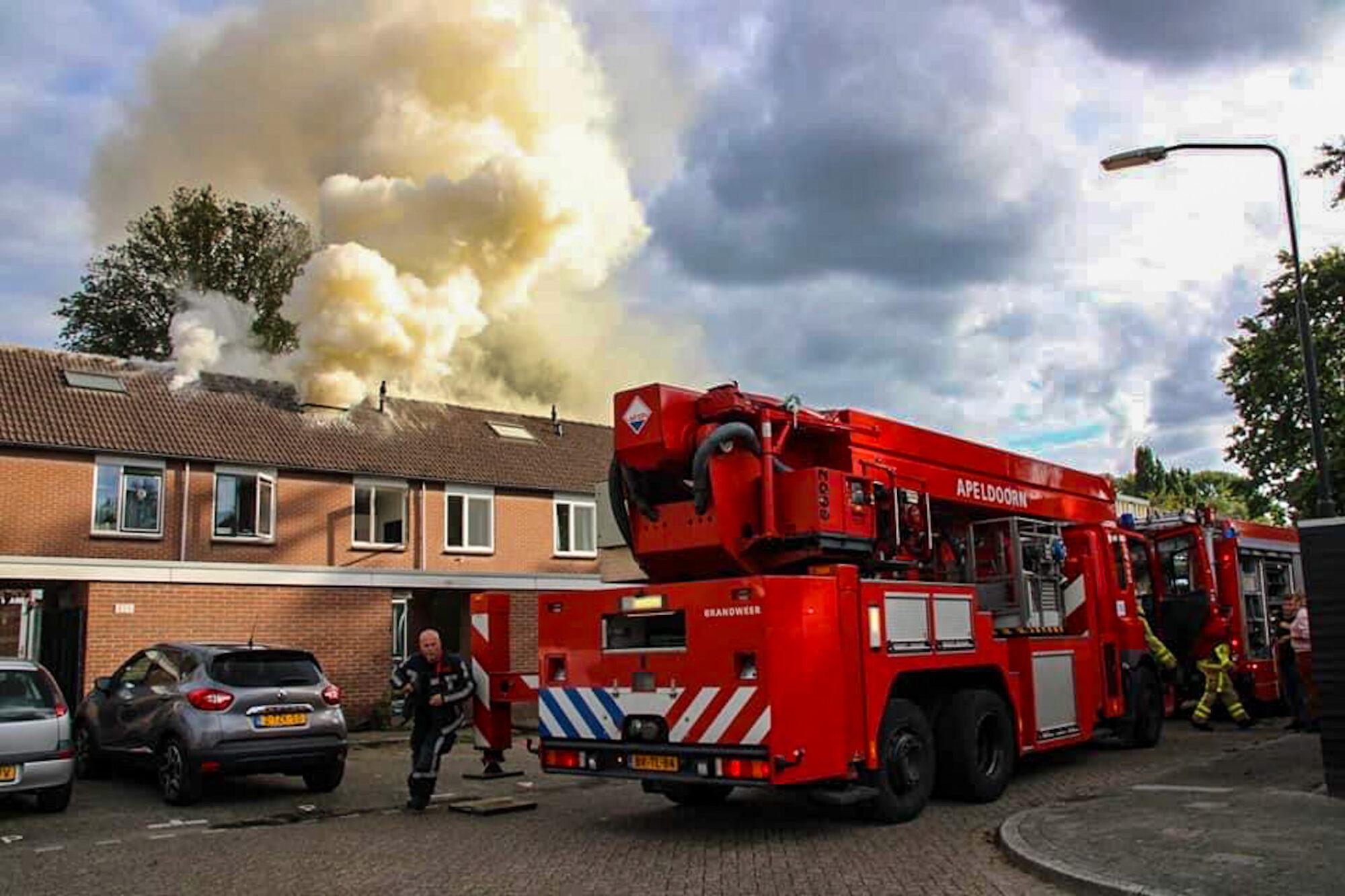 Uitslaande brand in rijtjes woning in Apeldoorn