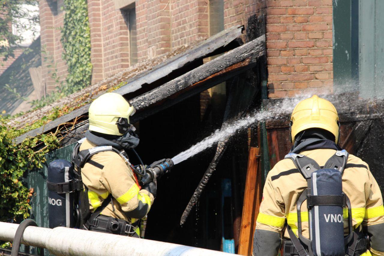 Brandweer heeft schuurbrand aan de Vlijtseweg te Apeldoorn snel onder controle