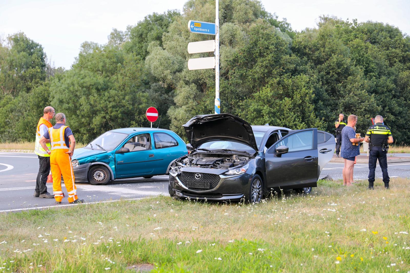 Twee ongelukken binnen een uur op Zutphensestraat in Apeldoorn.
