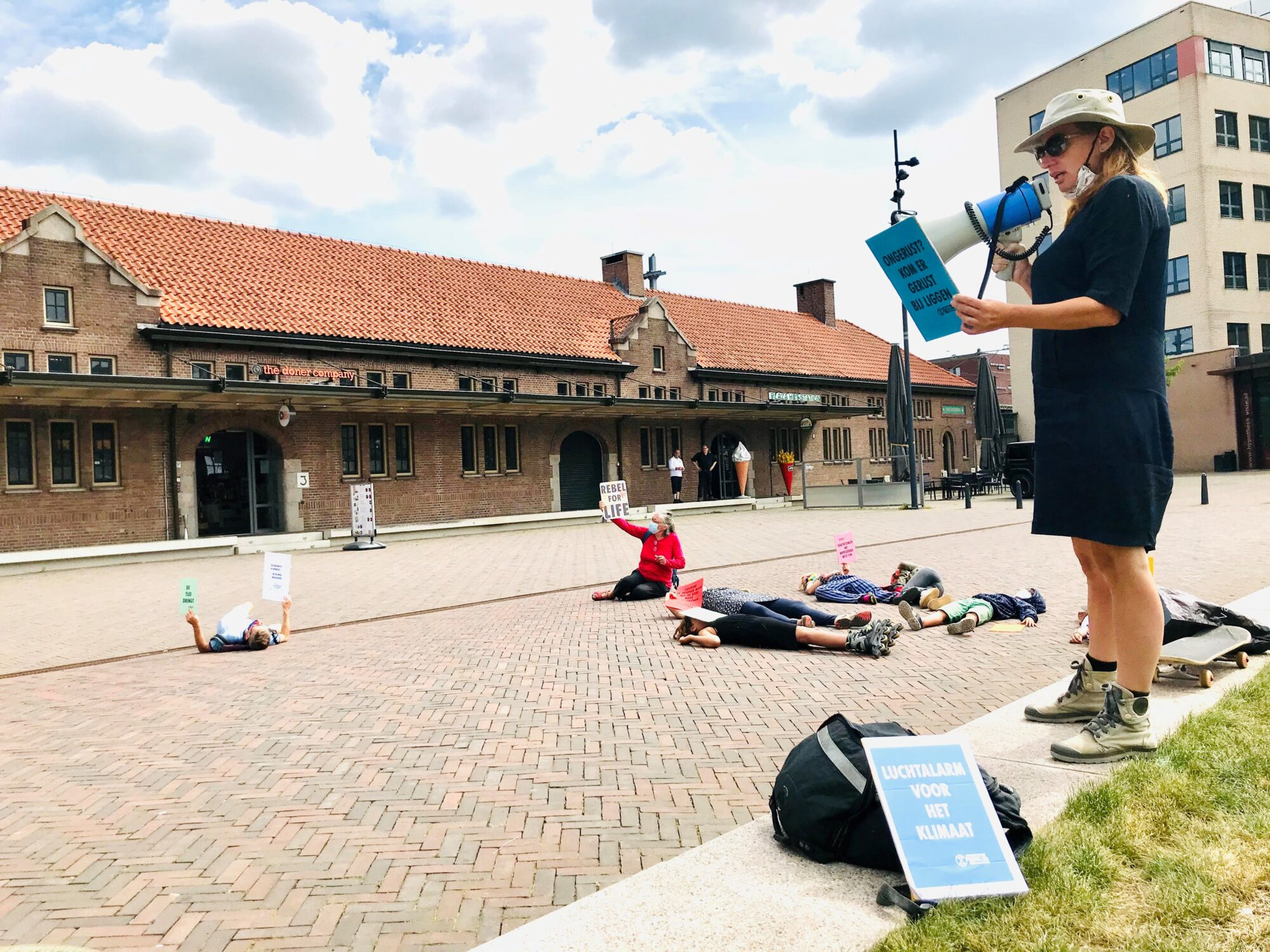 Klimaatactie 'die-in' voor station Deventer