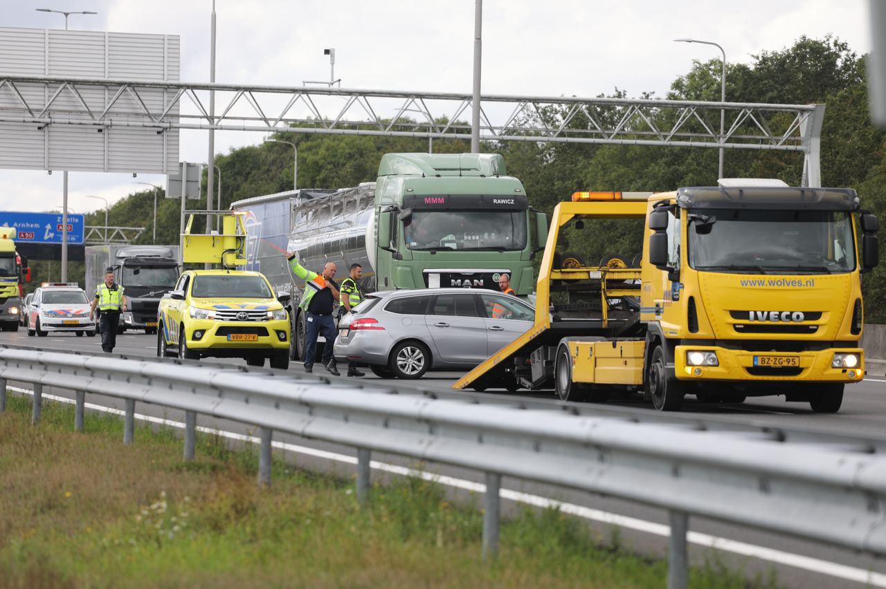 Snelweg A1 korte tijd afgesloten na ongeval tussen vrachtwagen en personenauto.