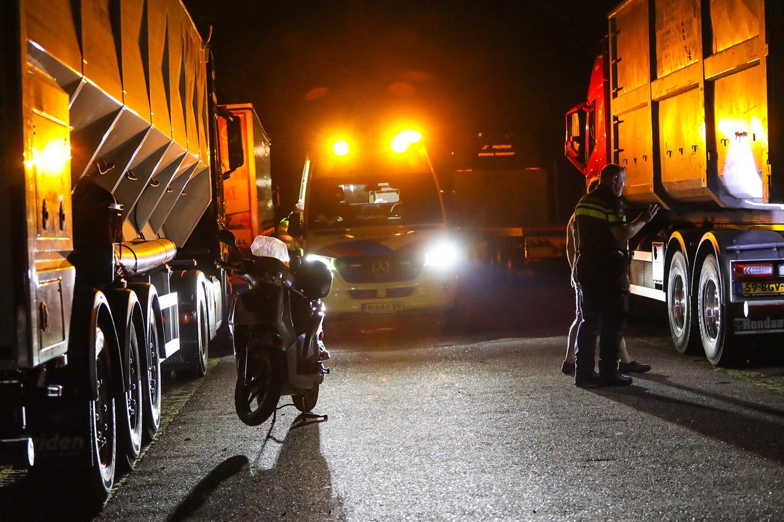 Scooterrijder botst tegen stilstaande vrachtwagen op in Beekbergen