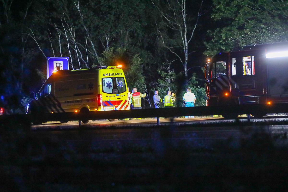 Auto raakt door onbekende oorzaak van de A1 en raakt lichtgewond