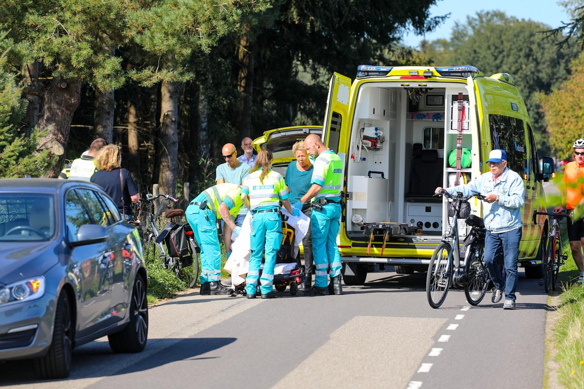 Vrouw komt door onbekende oorzaak hard ten val met fiets op Elburgerweg in Vaassen