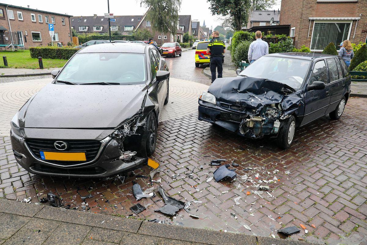 Gewonde en veel schade na ongeval door voorrangsfout in Apeldoorn.