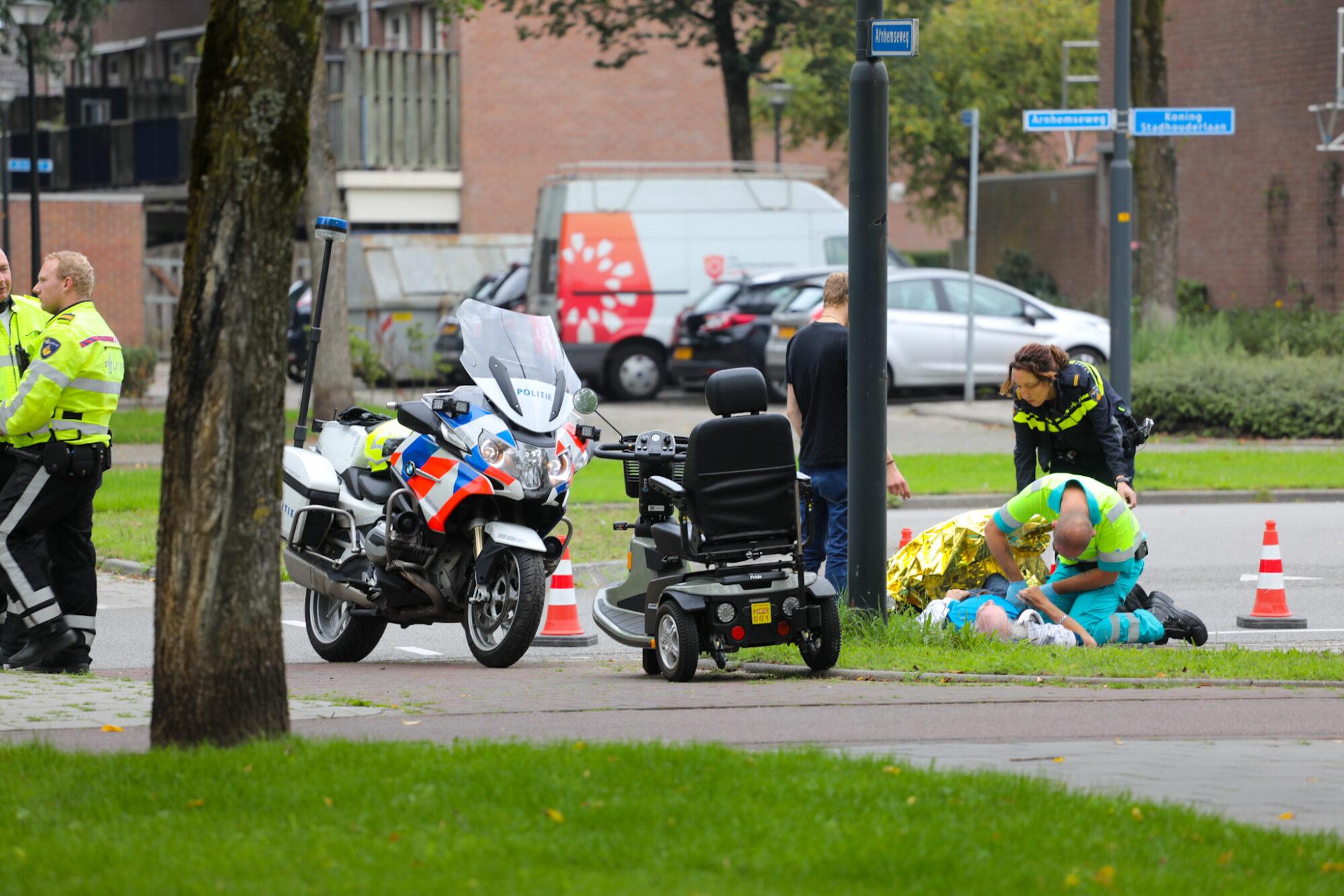 Man met scootmobiel aangereden door auto in Apeldoorn