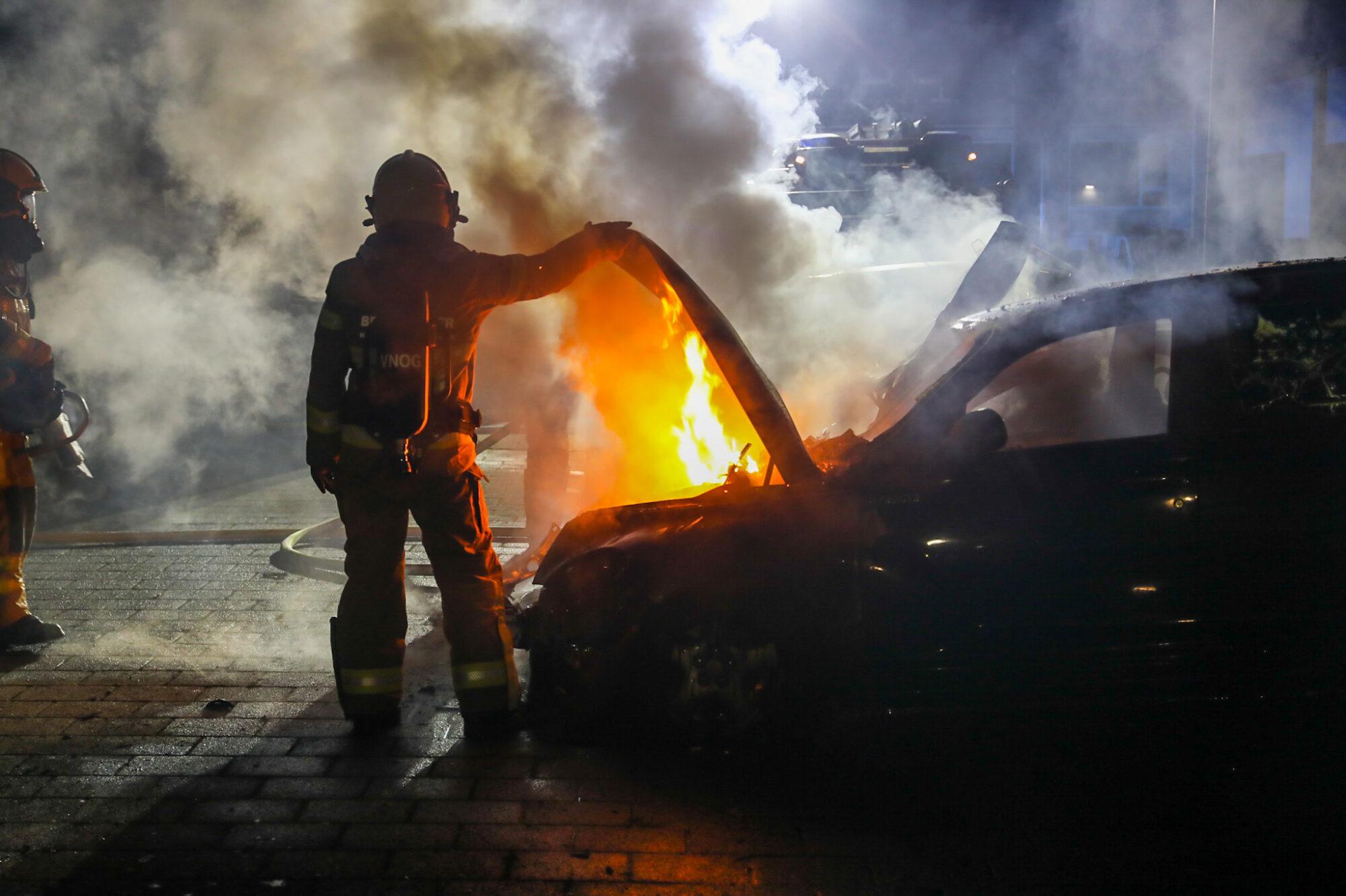 Vlammenzee bij autobrand in Apeldoorn