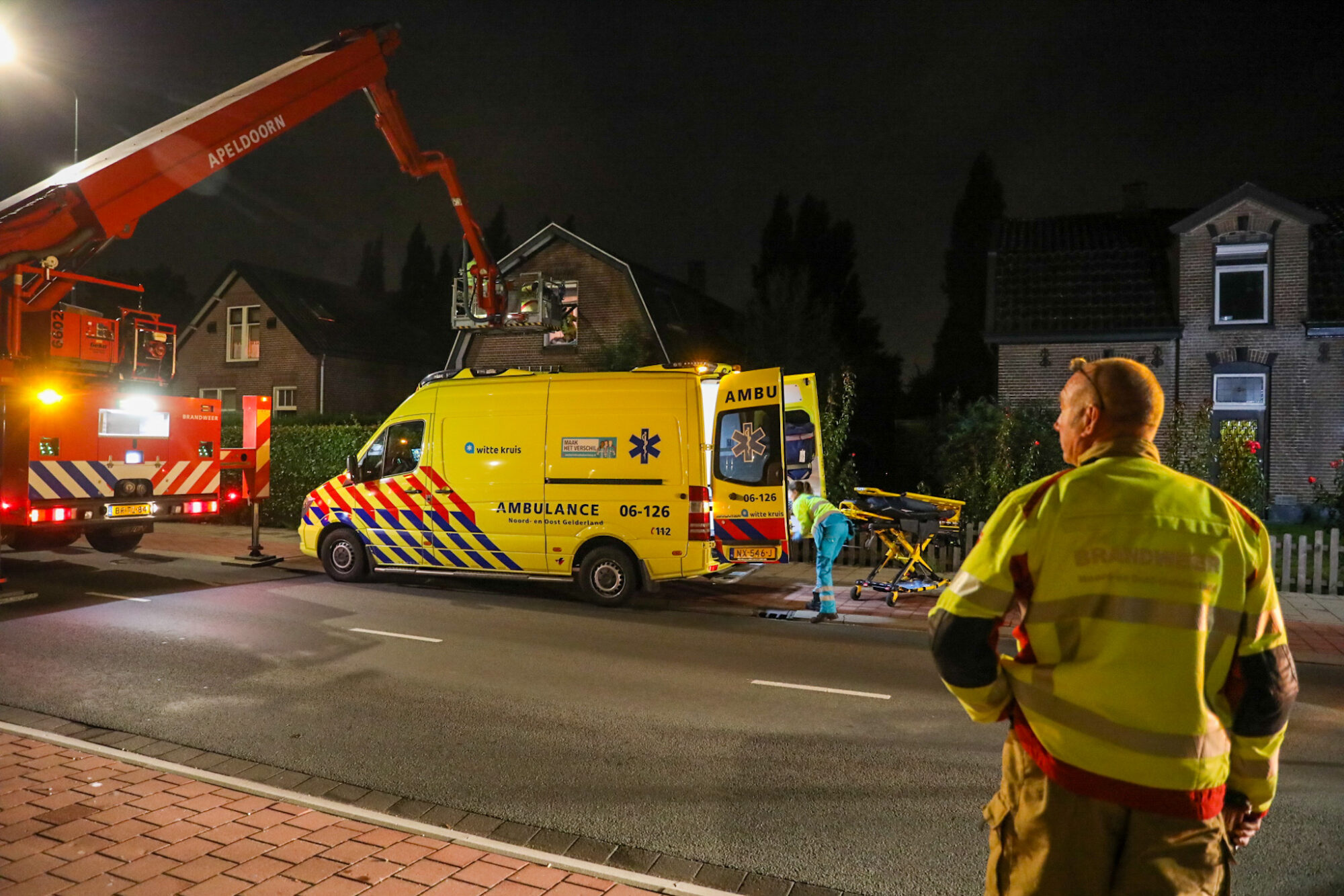 Brandweer schiet patiënt te hulp met hoogwerker aan Kayersdijk in Apeldoorn