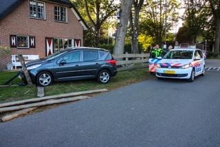 Auto rijdt tuin binnen in Beekbergen na uitwijkmanoeuvre