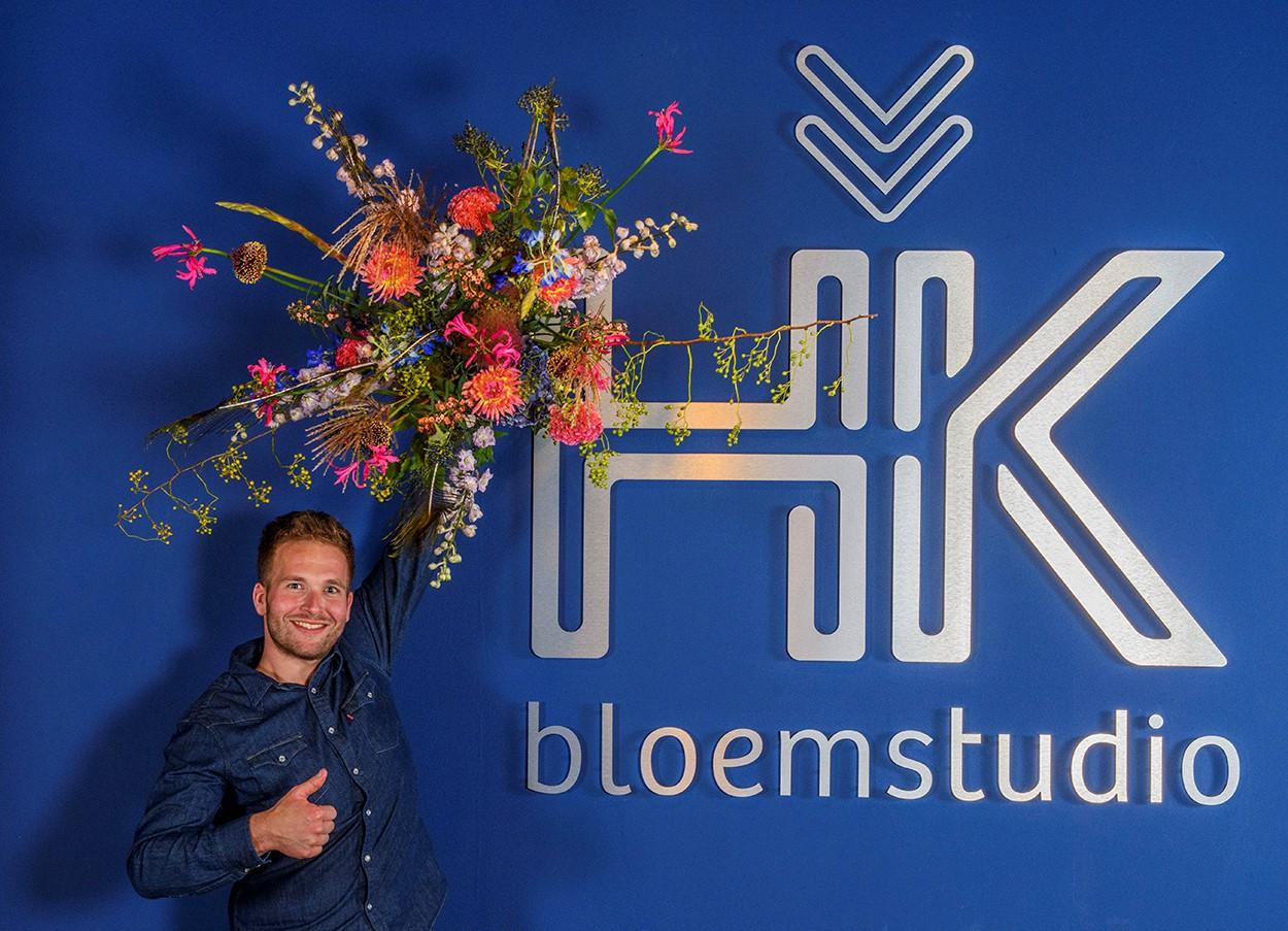 Fleurige bloemstudio in een hip jasje
