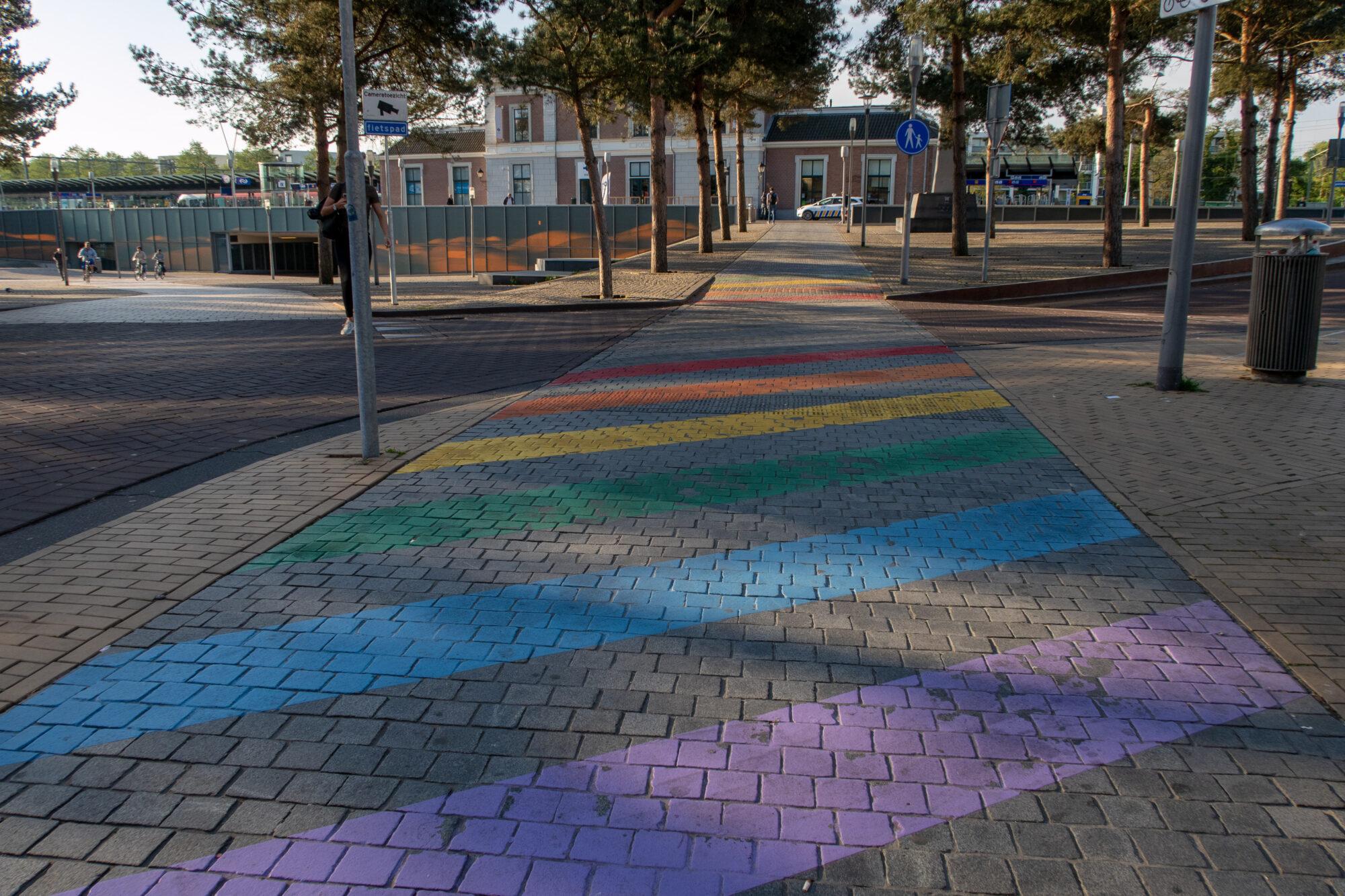 Te glad fietspad en elektrische laadpalen voor bussen bij Station Apeldoorn