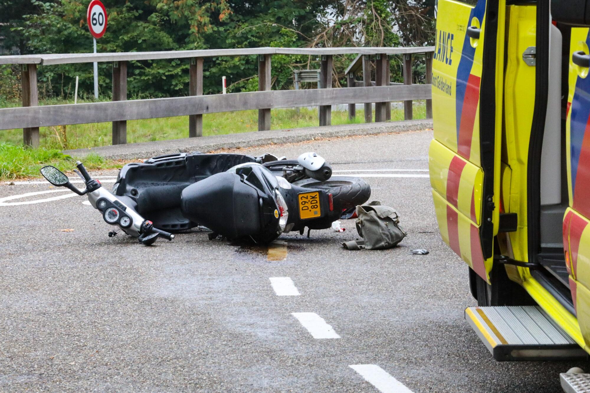 VIDEO | Scooterrijdster raakt gewond bij aanrijding op Veldweg in Klarenbeek.