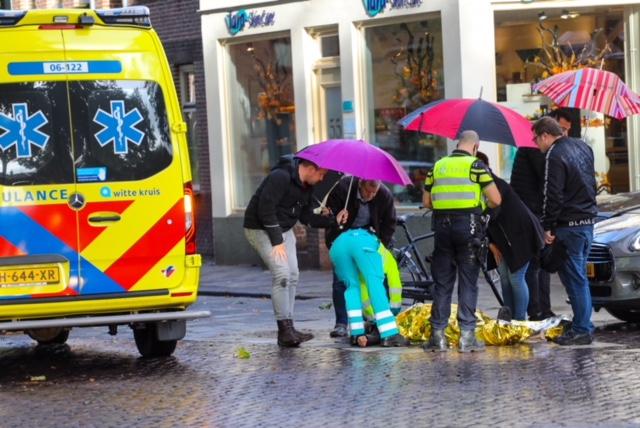 Omstanders schieten gewonde scooterrijder te hulp met paraplu's in Apeldoorn